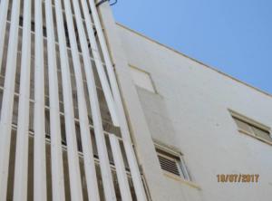 במסתור מזגנים של הבניין אלמנטים רופפים שיש לעגן