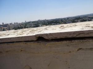 בדק בית - מריחת חומר איטום על מעקות הגג