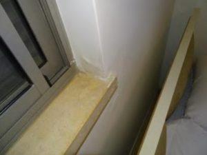 חדירת רטיבות בהיקף ומתחת לחלונות