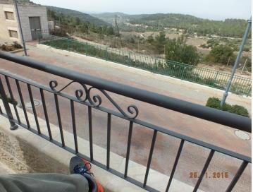 גילוי וטיפול בחלון דף תקוע במרפסת
